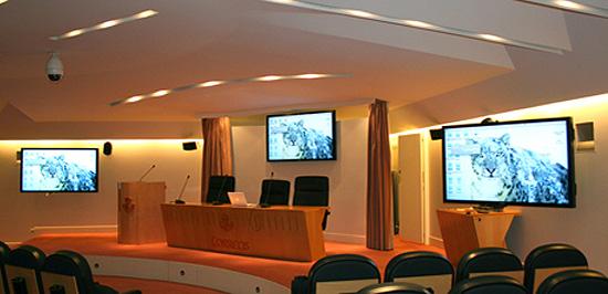 instalación de monitores para salas de conferencias